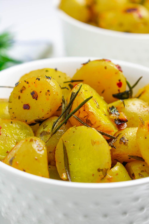 Croustillant à l'extérieur, moelleux et sucré à l'intérieur.  Voilà à quoi ressemblent ces pommes de terre rôties à l'ail, au citron et aux fines herbes.